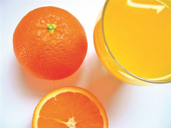 orange et verre de jus
